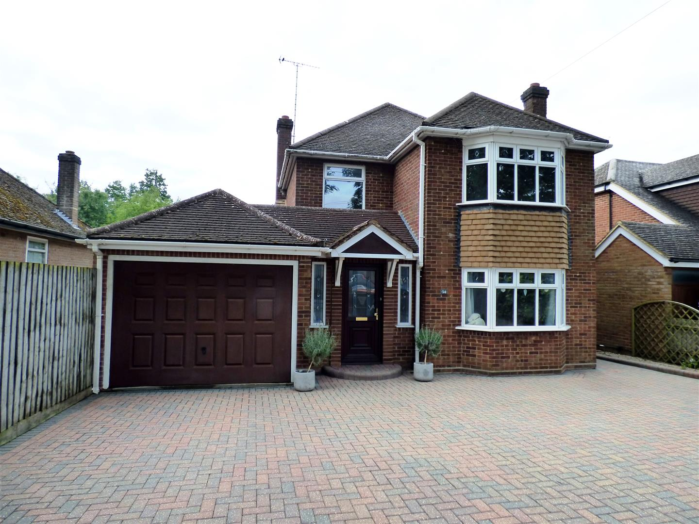 3 Bedrooms Detached House for sale in Canesworde Road, Dunstable